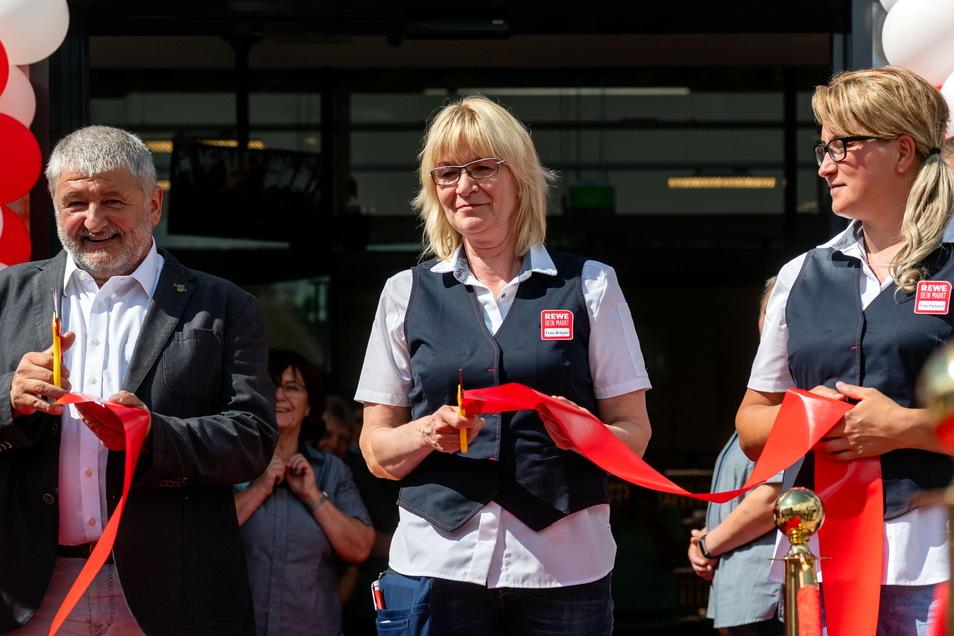 Acht Jahre wurde um den neuen Rewe-Standort gerungen. Große Freude deshalb auch bei Bürgermeister Peter Mühle (NfN), der gemeinsam mit Marktleiterin Kathrin Bräuer das Band vor der Eröffnung durchgeschnitten hatte.