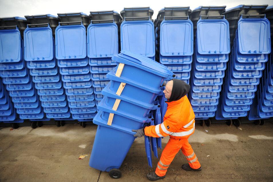 Mangelware: Bei der Einführung der Blauen Tonnen mussten viele Dresdner lange warten. Inzwischen klappt es mit der Lieferung relativ gut.
