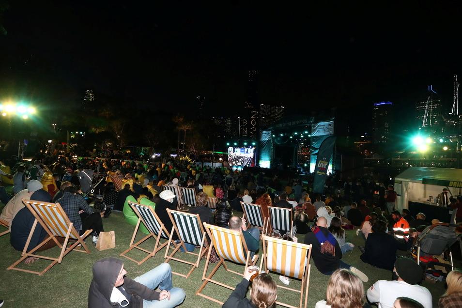 Menschen versammeln sich in Brisbane nach der Bekanntgabe der Abstimmung durch das Internationale Olympische Komitee (IOC) über Brisbanes Bewerbung für die Olympischen Sommerspiele 2032 .
