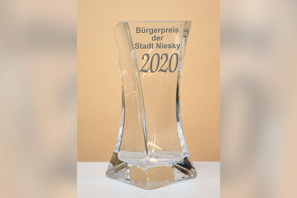 Ein Glaspokal mit Gebrauchswert versprechen die Organisatoren des Nieskyer Bürgerpreises. Über das Design wird noch diskutiert, deshalb zeigt die SZ hier eine eigene Kreation.