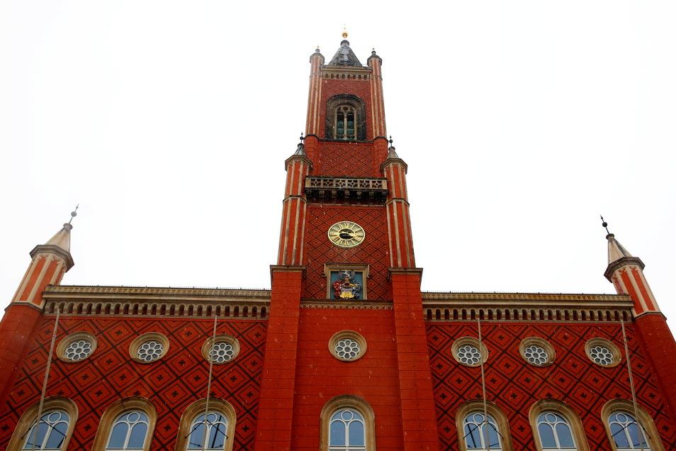 Etwa 40 Meter ragt der Kamenzer Rathausturm in die Höhe. Das Uhrwerk hinter dem Zifferblatt befindet sich in gut 20 Metern Höhe. Viele Holzstufen führen dort hinauf und weiter bis zum Balkon zwischen den Filialtürmchen. Dort stehen die Lautsprecher, aus d