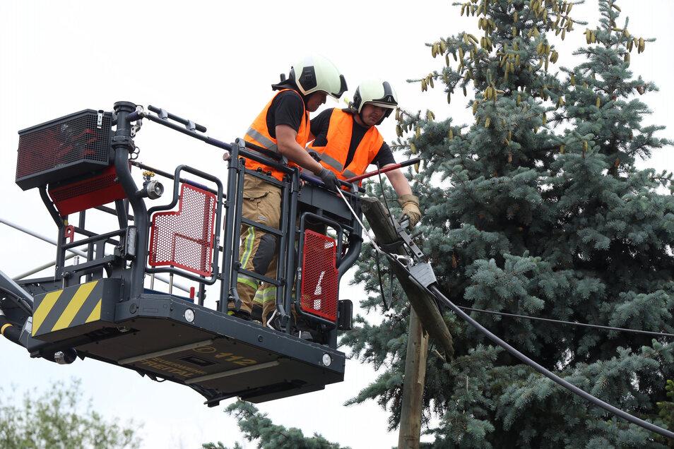 Ein zweiter Telefonmast musste durch die Feuerwehr gesichert werden.