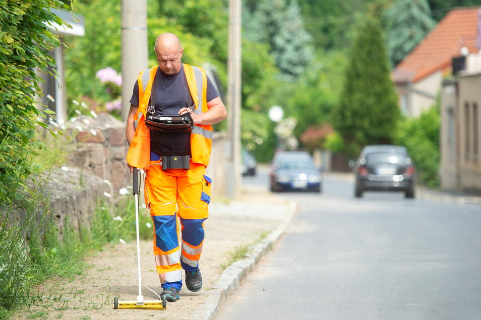 Mit einer sogenannten Teppichsonde sucht Gasnetzprüfer Sven Peuker wie hier in Friedewald nach undichten Stellen im Leitungsnetz der SachsenEnergie.