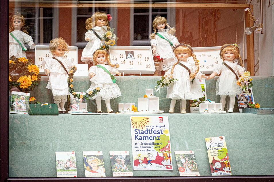 Fürs Kamenzer Stadtfest geschmückte Schaufester laden mit Quiz-Fragen zum Rätseln ein.