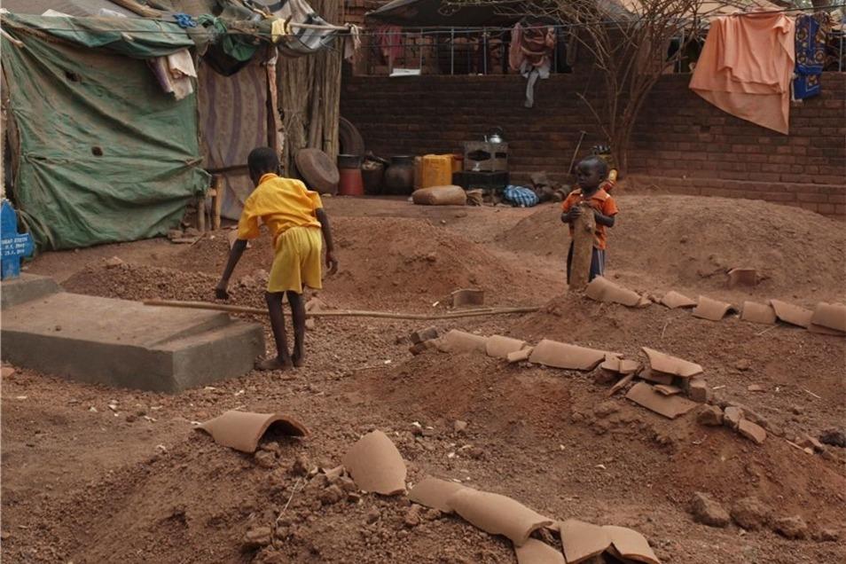 Noch ist alles staubtrocken in der südsudanesischen Stadt Wau. In der Regenzeit aber werden die Straßen im Morast versinken. Wau wird einer Insel gleichen, auf dem Landweg nicht mehr erreichbar. Und schon jetzt gibt es nicht genug zu essen.