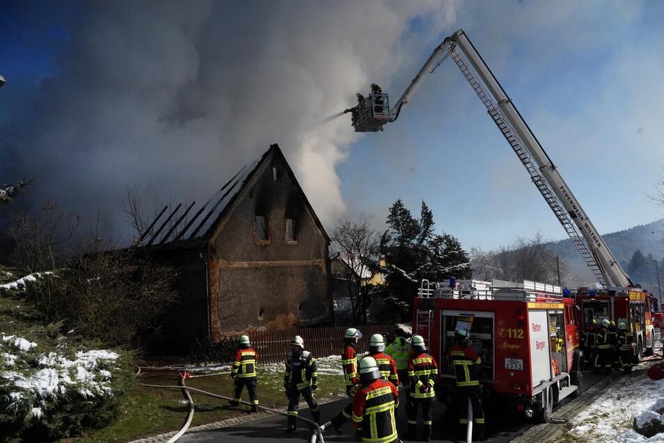 Ein Umgebindehaus und eine Scheune brannten am Montagvormittag in Wurbis.