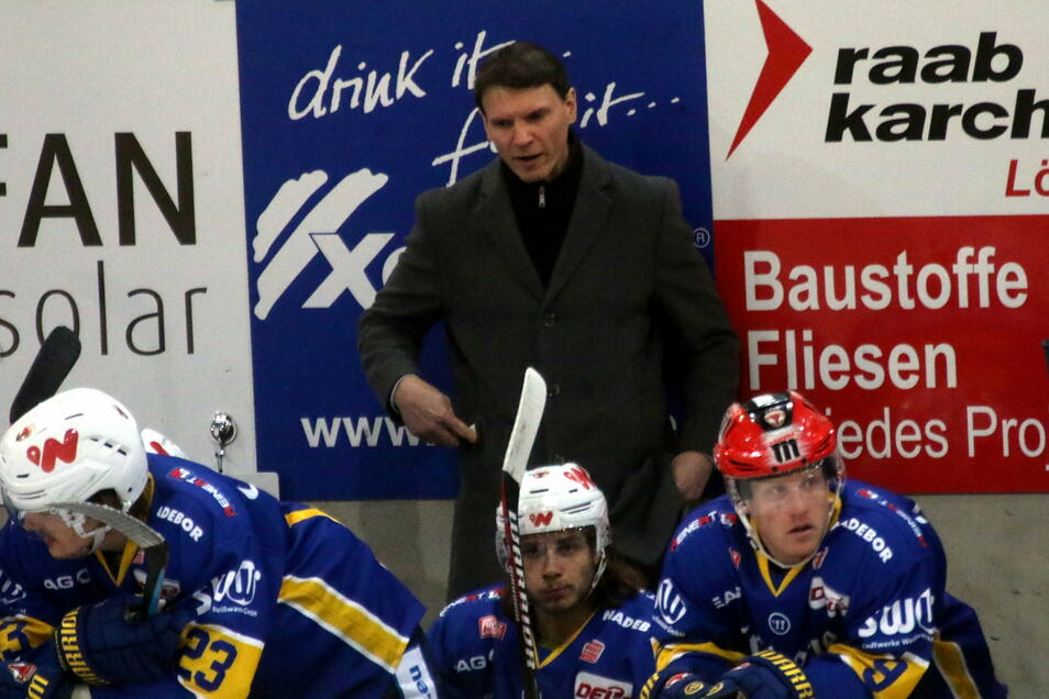 Der noch neue Füchse-Trainer Chris Straube hat den Umschwung mit der Mannschaft bislang nicht geschafft. Am Sonntag kostete ein schwaches Schlussdrittel den sicher geglaubten Sieg in Heilbronn.