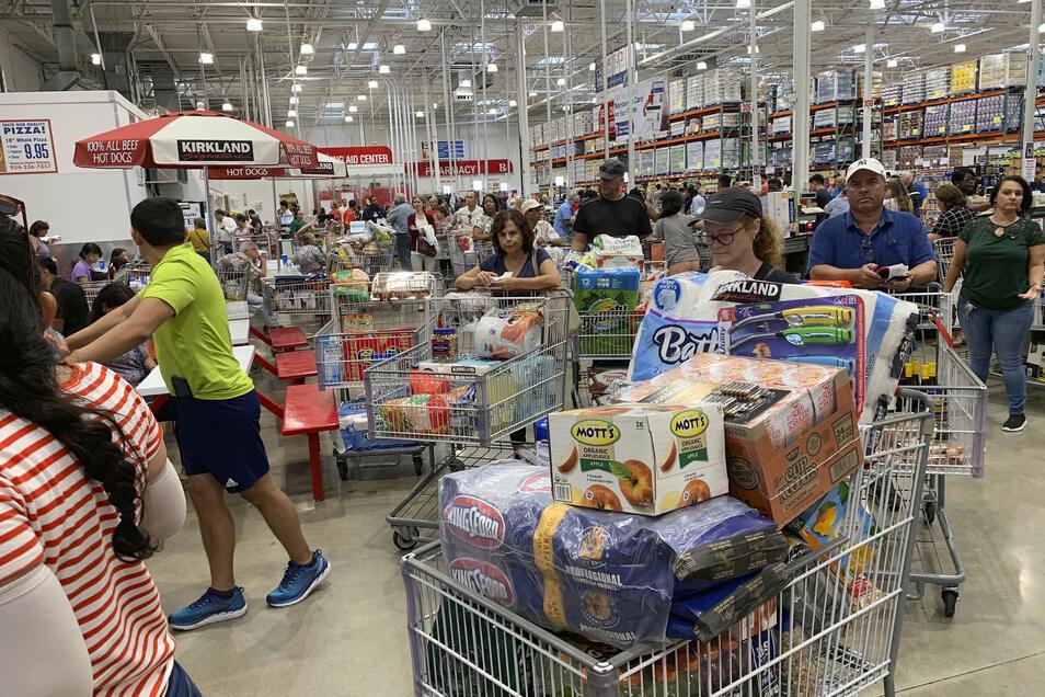 """Wegen des herannahenden Hurrikans """"Dorian"""" hat der Gouverneur des US-Bundesstaates Florida den Notstand ausgerufen. In den Supermärkten denken sich die Menschen der betroffenen Region mit Vorräten ein."""