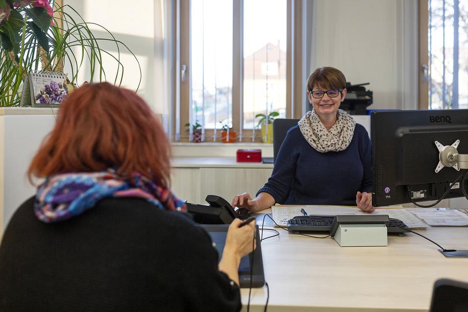 Ramona Oertel arbeitet im neuen Bürgerbüro und kann mit ihren Kollegen ab Montag wieder Bürger beraten.