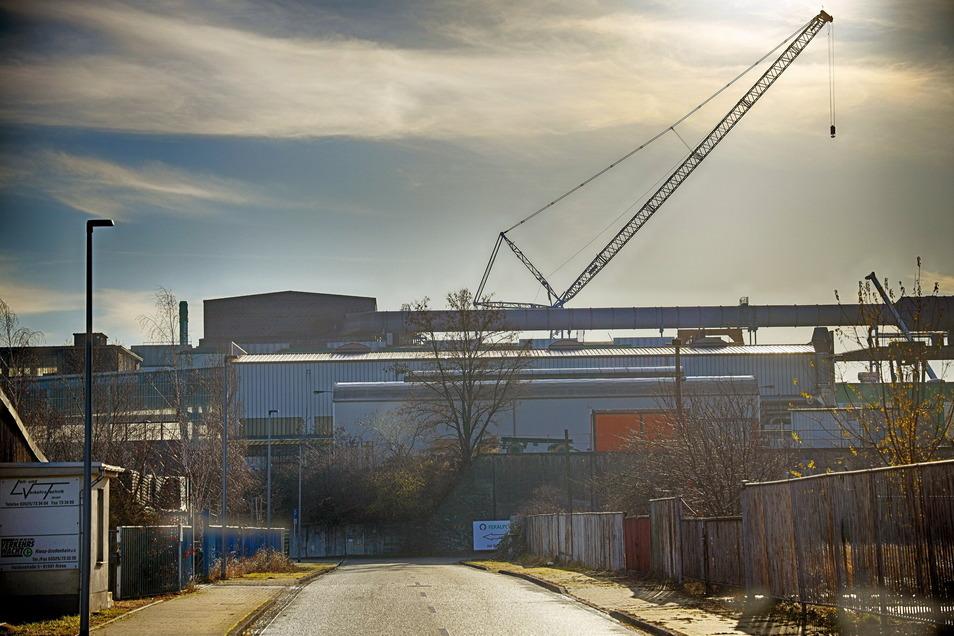 Der Kran am Riesaer Stahlwerk ist schon von Weitem zu sehen.