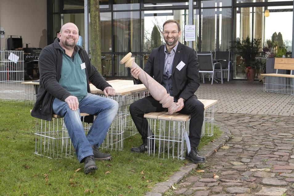 Tischler Dirk Korte (links) aus Großweitzschen und André Knipfer vom Natursteinwerk Mittweida arbeiten zusammen, wenn es um Mobiliar aus Gabionen geht.