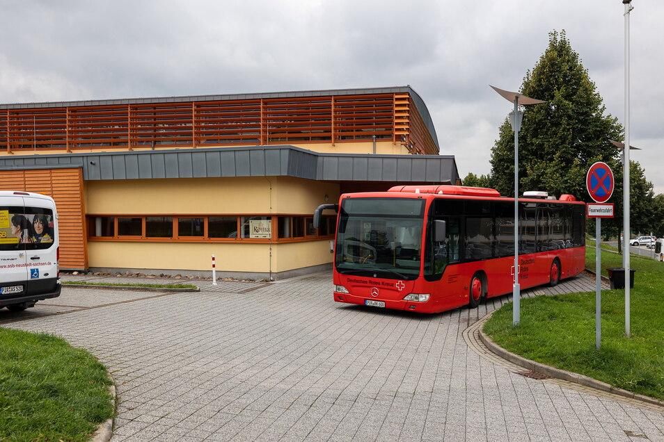 Hier stand am Montag der Impfbus am Sportpark in Dippoldiswalde. Dagegen gab es Widerstand, auch im Sportpark selbst.