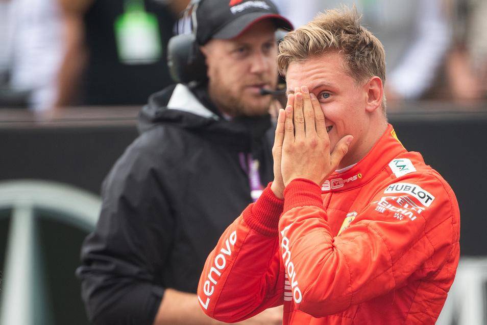 Mick Schumacher nachdem er mit dem Wagen seines Vaters gefahren ist.