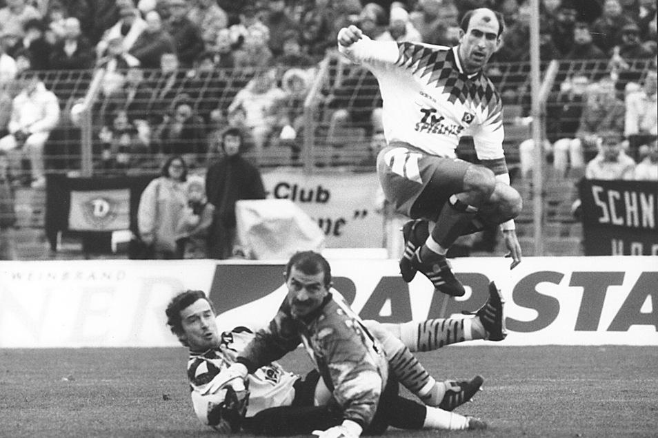 In diesem Moment hat auch Dynamos Torwart offenbar das Nachsehen, auch Kapitän Hans-Uwe Pilz schaut dem Ball am Boden liegend hinterher - Jordan Letchkov vom Hamburger SV springt über sie.