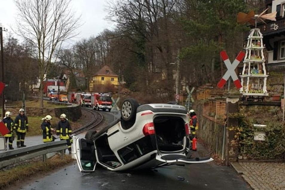 Das Fahrzeug landete auf dem Dach.