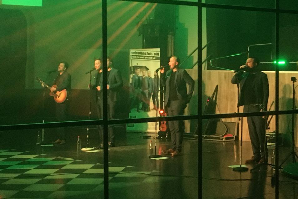 """Die Band """"NotenDealer"""" nahmen ihr Konzert im Schützenhaus Großenhain auf, bevor es im Dresdner Autokino-Konzert auf Leinwand gezeigt wurde."""
