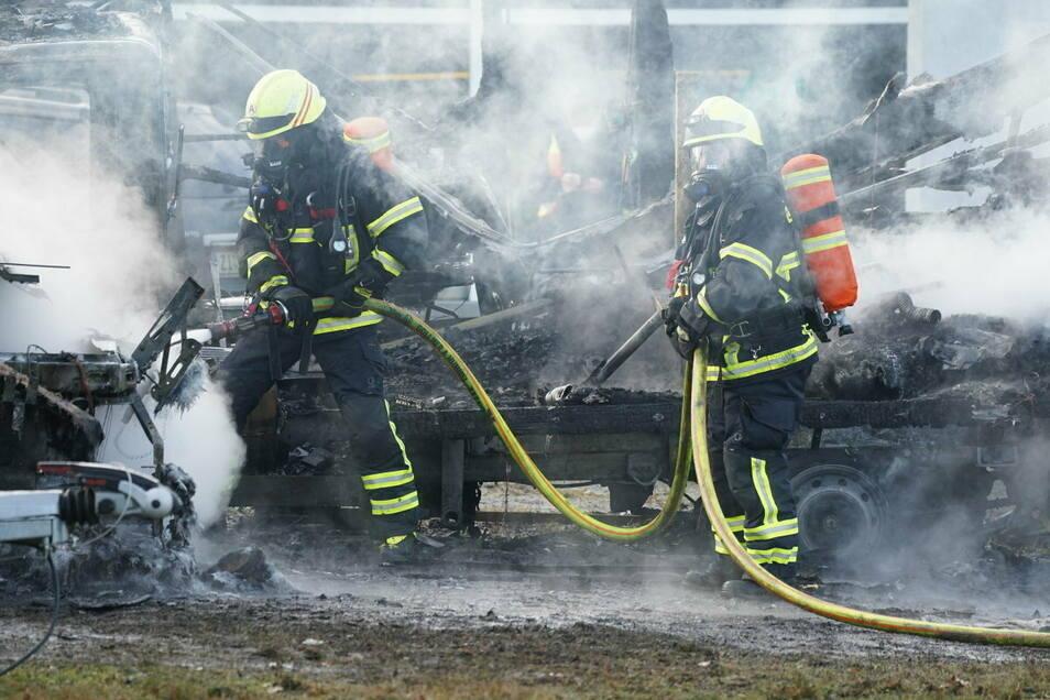 Mehrere Trupps waren mit schwerem Atemschutz zur Brandbekämpfung im Einsatz.