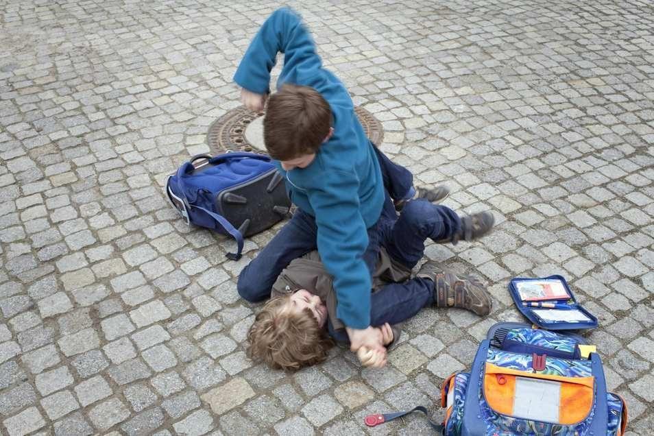 Gewalttätige Übergriffe unter Schülern häufen sich. Zuletzt gingen Jugendliche an der Oberschule Cossebaude aufeinander los, es gab Verletzte.