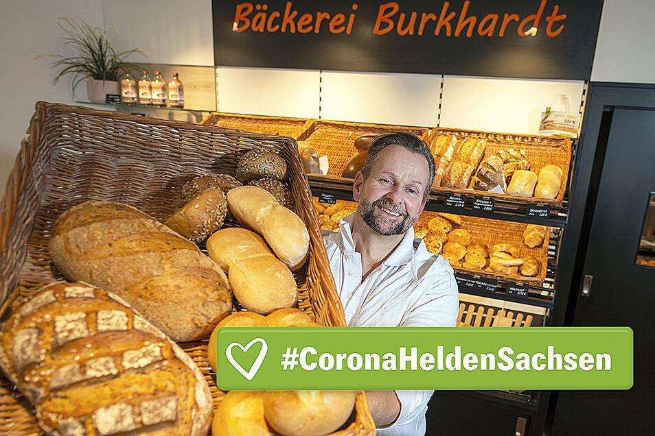Bäckermeister Falk Burkhardt präsentiert in seiner Pirnaer Bäckerei einen Korb mit Brot und Brötchen.
