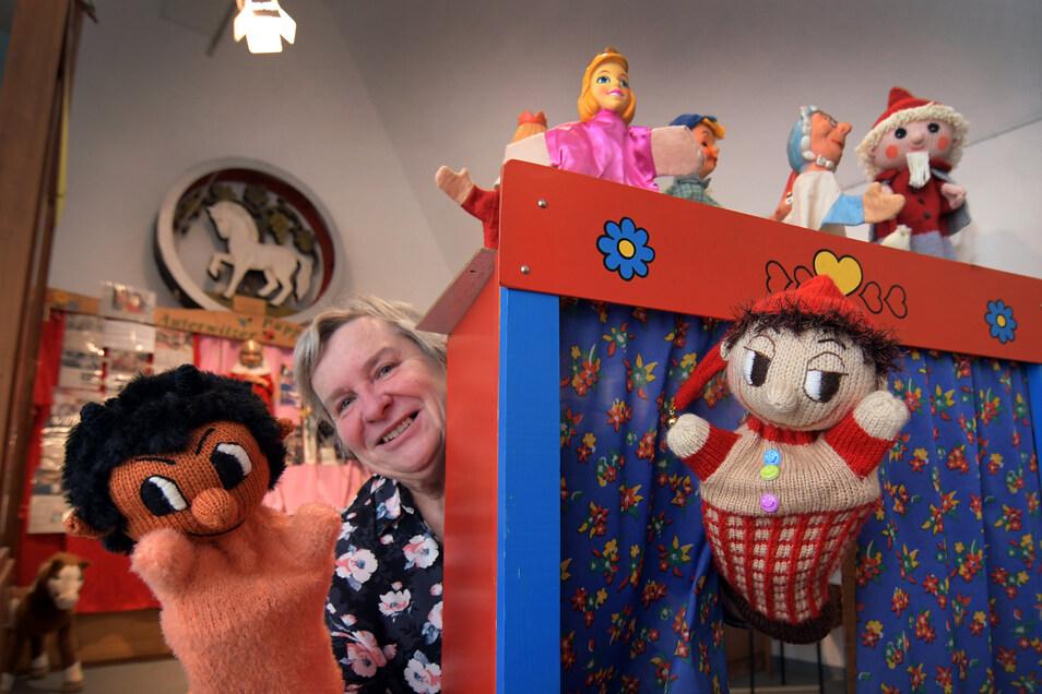 Martina Thiele und die Mitglieder des Heimatvereins Roßwein haben mit viel Liebe und Hilfe eine Weihnachtsausstellung gestaltet, bei der sich alles ums Puppentheater und die Figuren dreht.