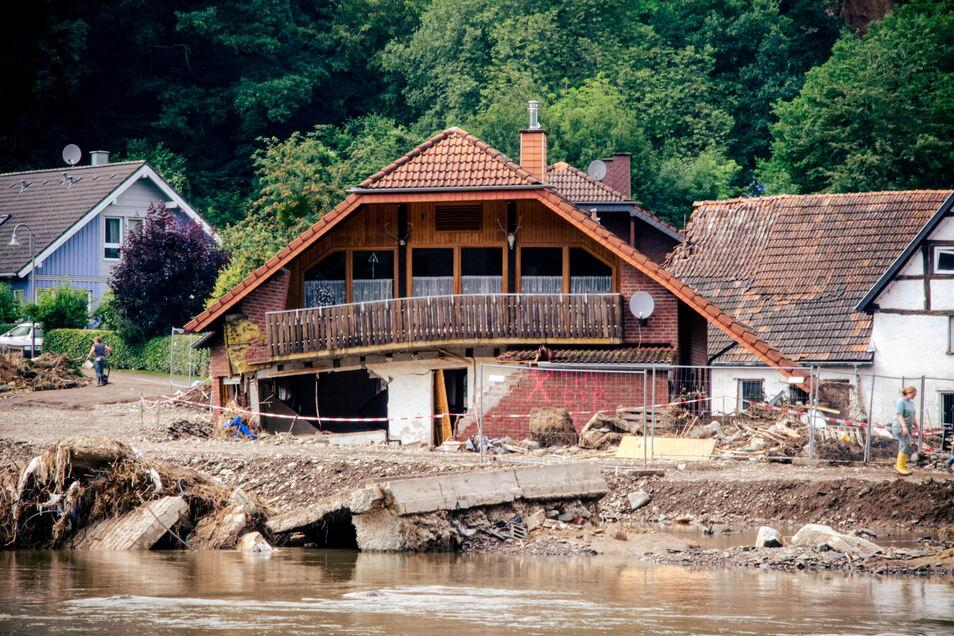 Das Foto entstand bei einer Reportage von Sächsische.de aus dem Katastrophengebiet in Rheinland-Pfalz. Dort waren zu dem Zeitpunkt auch Rettungskräfte aus Sachsen im Einsatz.