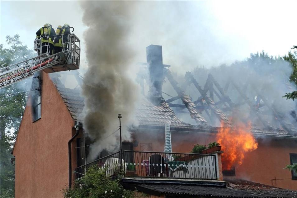 Er breitete sich offenbar mit großer Geschwindigkeit aus. Gegen 16.45 Uhr ging der Alarm bei der Feuerwehr ein.