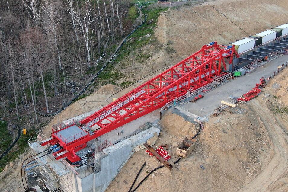 Die Brücke vor dem Verschub: Die fertigen Teile nebst Vorbauschnabel ruhen noch auf dem Widerlager.