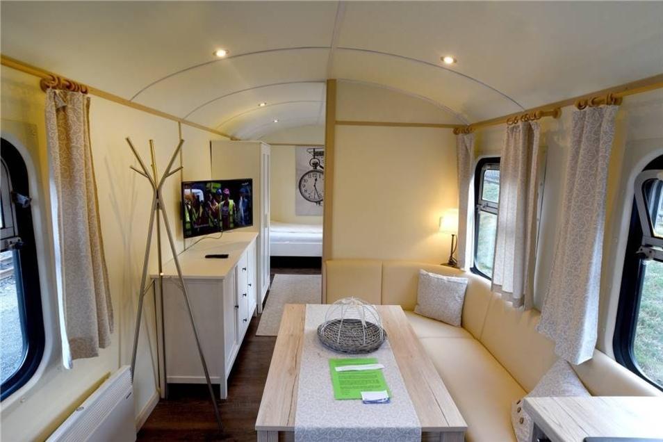 Der Waggon besteht aus Wohn- und Essbereich mit Schlafbereich hinter der Wand.
