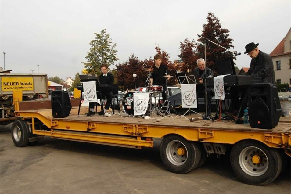 """...durch die Musik des Jazz-Ensembles """"Dachkammer-Gang"""" der Musikschule Löbau-Zittau befeuert, die zur Eröffnung auf einem Tieflader der Firma Neuer vorgefahren wurde. Dies begeisterte auch..."""