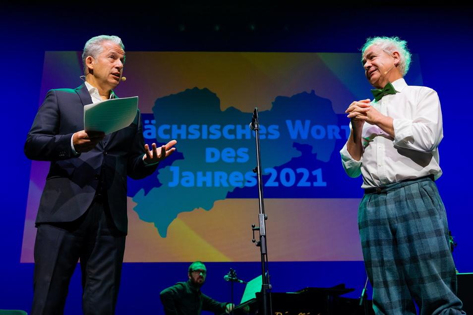 SZ-Autor Peter Ufer und Tom Pauls (r.) bei der Bekanntgabe des Sächsischen Wort des Jahres.