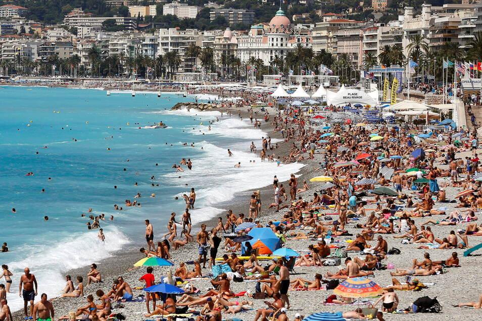 """Menschen tummeln sich am überfüllten Strand der """"Promenade des Anglais"""" in Nizza. Die Bundesregierung stuft größere Teile Frankreichs als Corona-Hochrisikogebiet ein."""