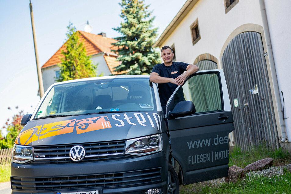 Mathias Thümmel steht vor der denkmalgeschützten Stadtscheune in Dipps, wo er seinen Firmensitz einrichten will.