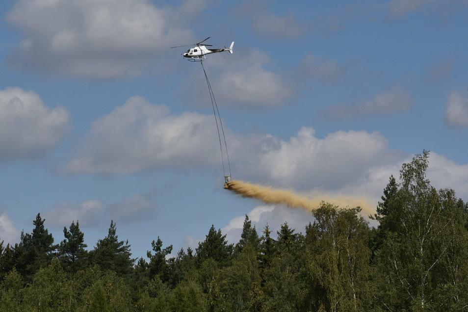 Im nordwestlichen Tharandter Wald streut der Hubschrauber Kalk aus.