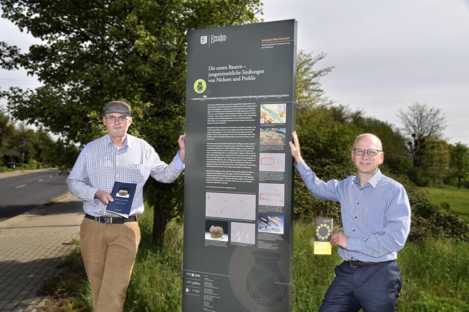 Archäologe Thomas Westphalen (l.) und Stadtbezirksamtschef Jörg Lämmerhirt freuen sich, dass der Archaeo-Pfad fertig ist. Sie stehen in Altnickern an der Info-Tafel zu den jungsteinzeitlichen Siedlungen.