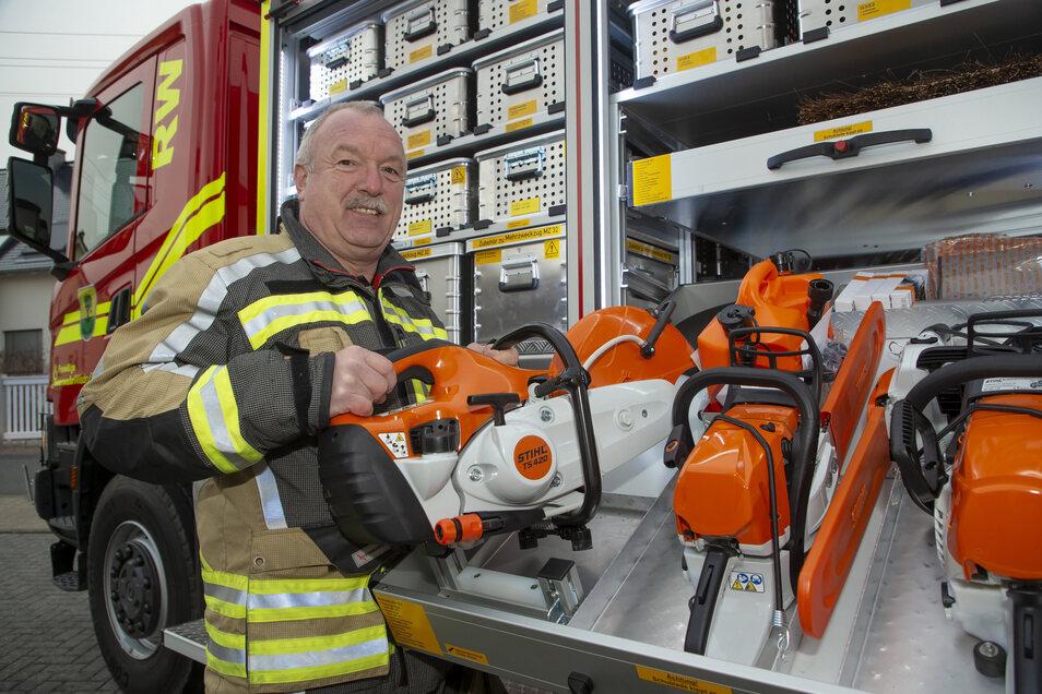 Stadtwehrleiter Falk Arnhold stellt den neuen Rüstwagen der Wilsdruffer Feuerwehr vor.