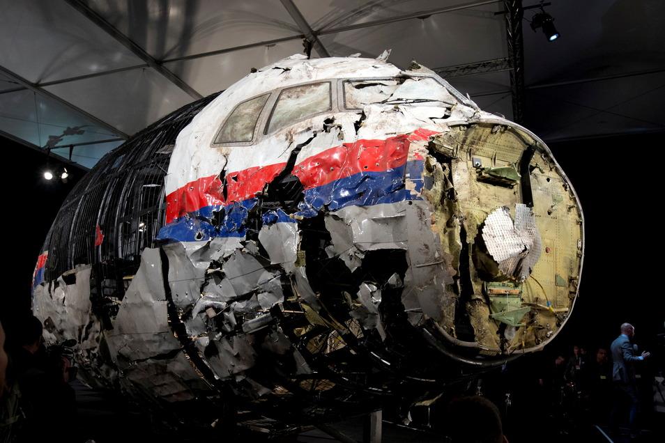 Fast sieben Jahre nach dem Abschuss des Passagierflugs über der Ostukraine wird am 07.06.2021 in den Niederlanden das Hauptverfahren gegen vier mutmaßliche Täter eröffnet.