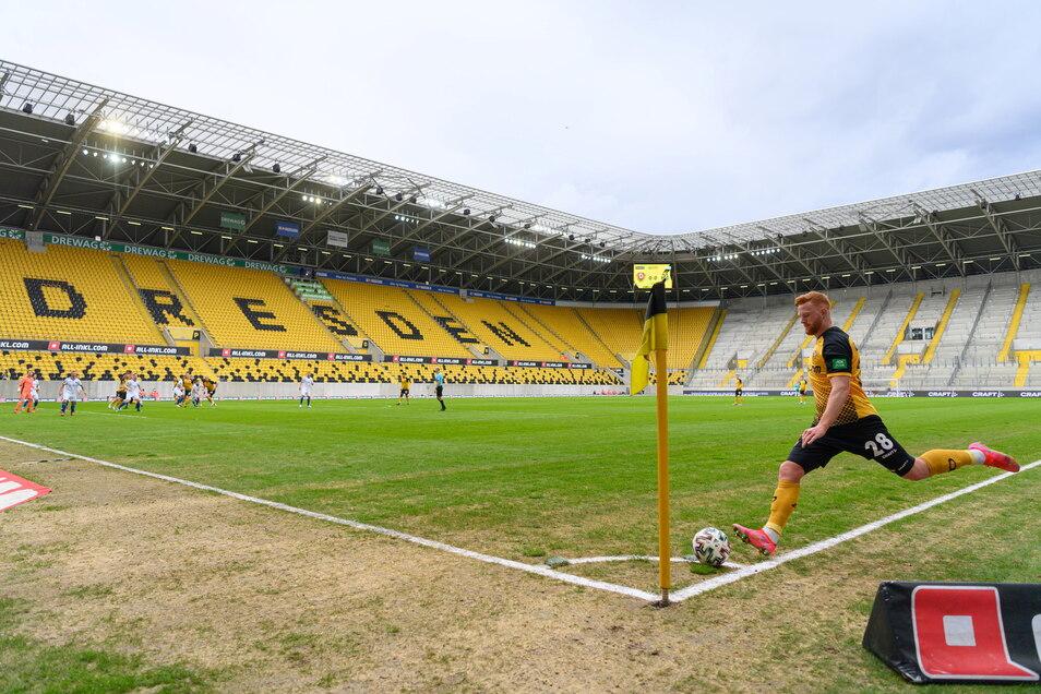 Der Rasen im Dynamo-Stadion ist schon wieder ramponiert. Dabei wurde er erst im Dezember ausgetauscht.