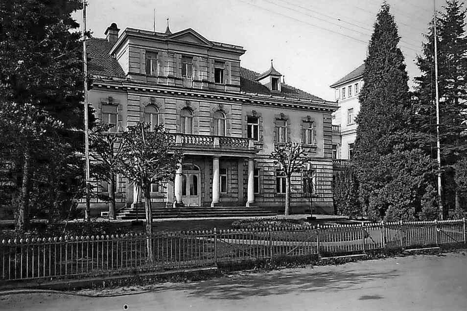"""Historische Ansicht der Haebler-Villa in Großschönau. Überliefert ist auch eine andere Schreibweise des Namens: Der Chronist Friedrich August Czischkowsky verwies darauf, dass """"Häbler"""" die ursprüngliche Schreibweise sei."""