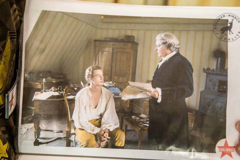 """Die gelb gestreifte """"Goethe!""""-Tapete findet man auch noch in einem Zimmer des Braunen Hirschs."""