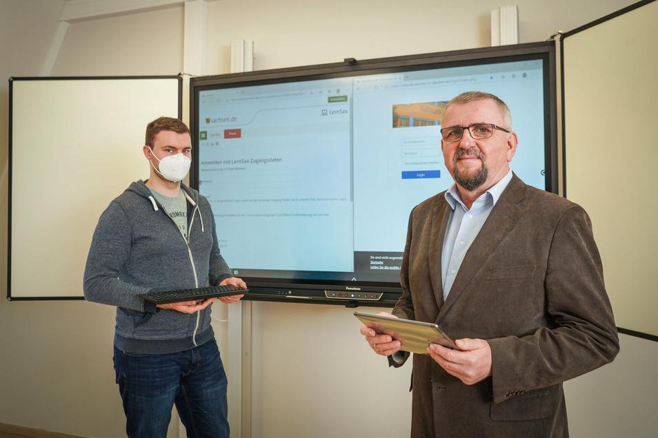 Robert Püschner (l.) und Wolfram Wiezorek vom Medienpädagogischen Zentrum Bautzen haben in den letzten Monaten die Schulen für das Lehren mit den sächsischen Lernplattformen vorbereitet.
