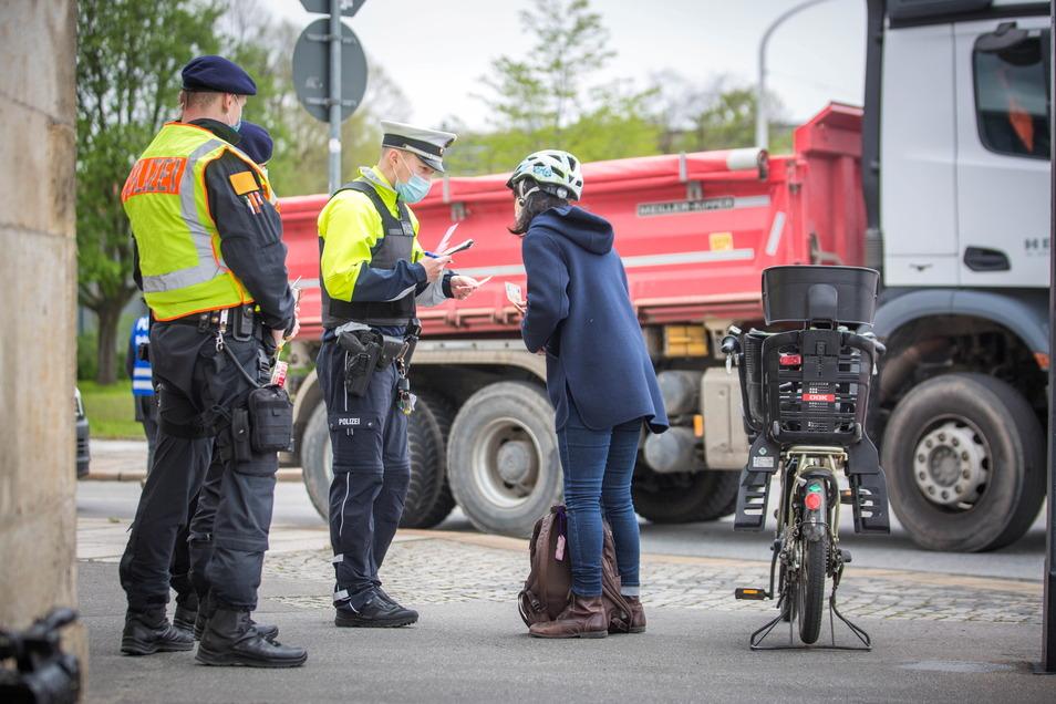 Diese Frau ist auf der falschen Seite über die Marienbrücke gefahren. Das kostet 20 Euro Strafe.