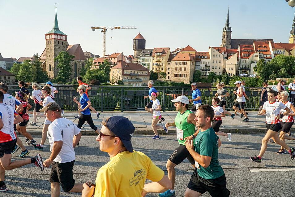 Beim neunten DAK-Firmenlauf in Bautzen kamen am Ende rund 1.200 Läufer ins Ziel. Zuvor liefen sie etwa über die Friedensbrücke.