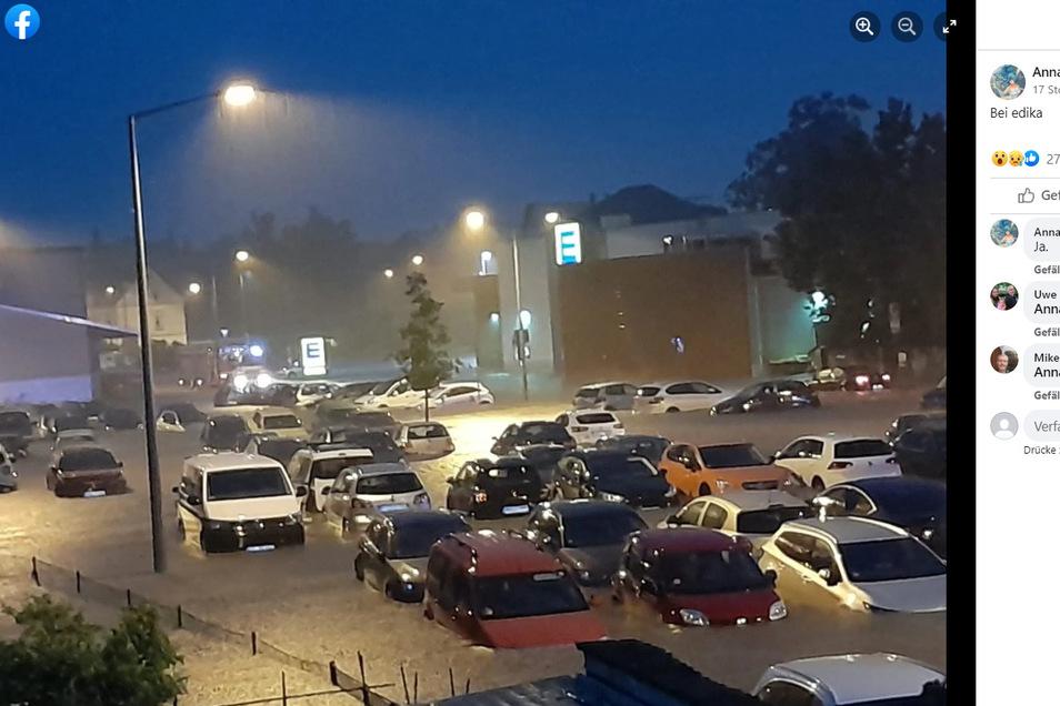 In Freiberg hatte das Unwetter einen Parkplatz überschwemmt, sodass die Autos unter Wasser standen und teilweise zusammengeschoben wurden, wie dieses Foto von der FB-Seite Freiberger Wetter zeigt..