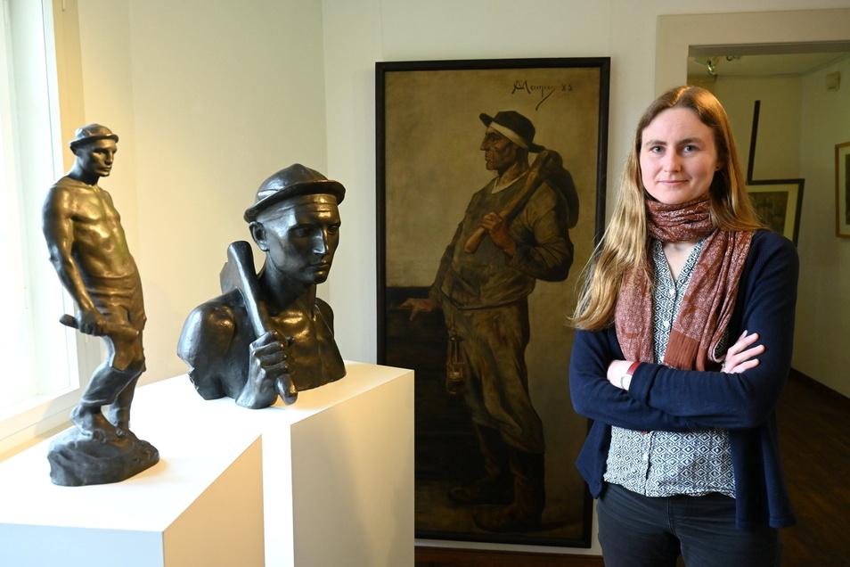 Dr. Inga Remmers mit Bronzen und einem Gemälde von Constantin Meunier, Leihgaben des Deutschen Bergbau-Museums Bochum, im Robert-Sterl-Haus in Naundorf.