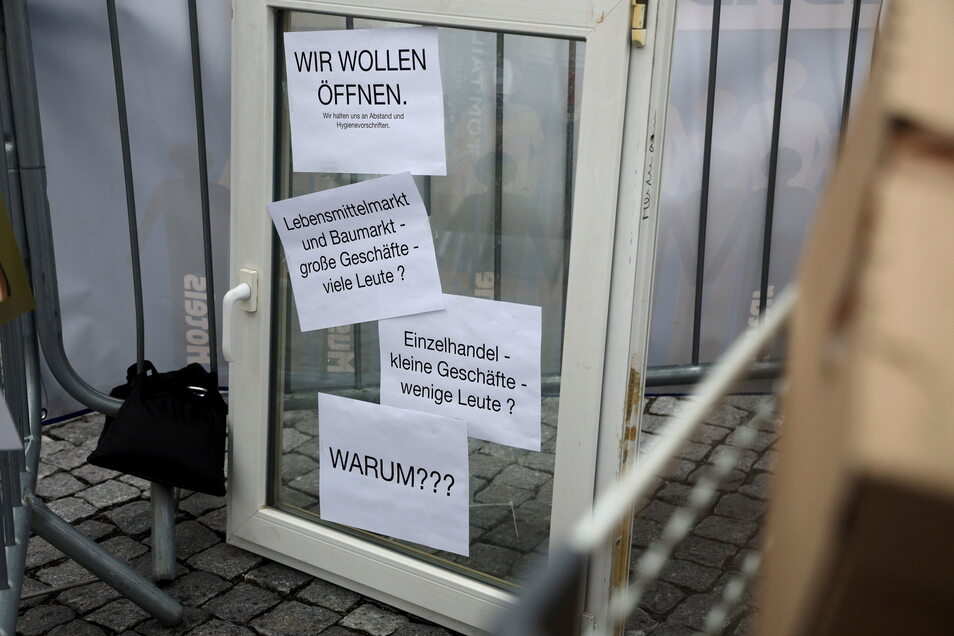 Warum dürfen Lebensmittelmärkte öffnen, kleine Einzelhändler aber nicht? Diese Frage werfen Riesaer Händler auf dem Rathausplatz auf.