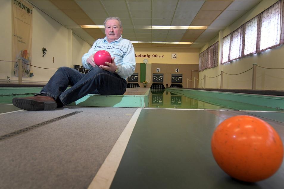 """Rolf Noack engagiert sich seit 50 Jahren bei den Keglern des SV Leisnig 90. Er wird nicht müde, auch auf Probleme hinzuweisen. Im Moment ist es die fast 30 Jahre alte automatische Anlage. """"Die ist Schrott"""", sagt er."""