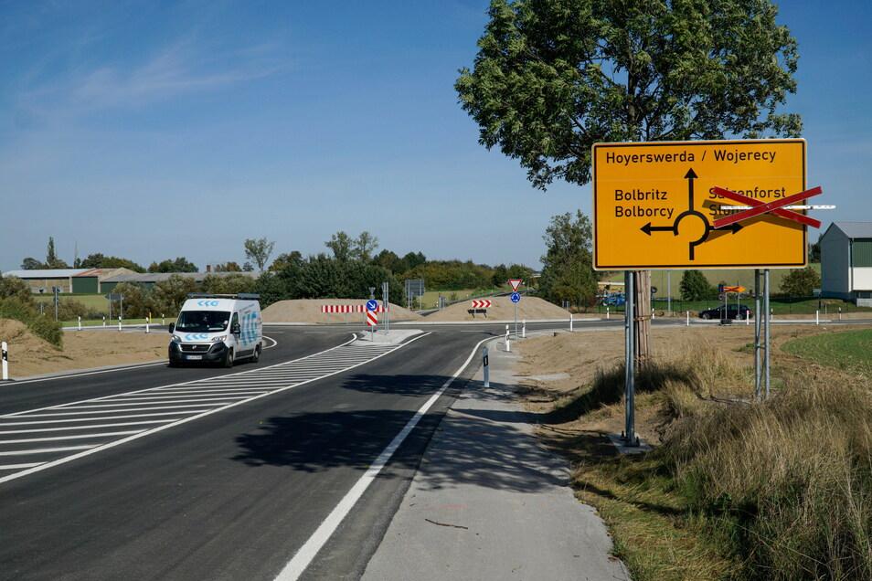 Nach monatelanger Sperrung auf der Straße zwischen Dreistern und Cölln kann der Verkehr jetzt wieder rollen. Der Kreisverkehr bei Salzenforst ist fertig.