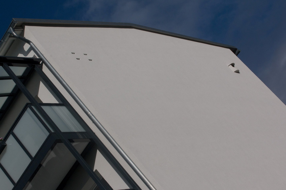 Am Giebel des neuen Wohnblocks befinden sich eine Falkenniststätte und Unterkünfte für die Fledermäuse. Die hatten sich in den Baufugen des alten Gebäudes eingenistet.