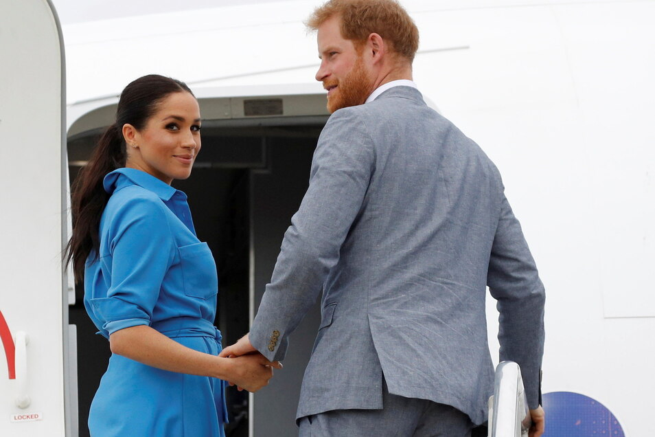 Der britische Prinz Harry und seine Frau Meghan besteigen am Flughafen Fua'amotu ein Flugzeug. Am 4. August wird Meghan 40 Jahre alt.
