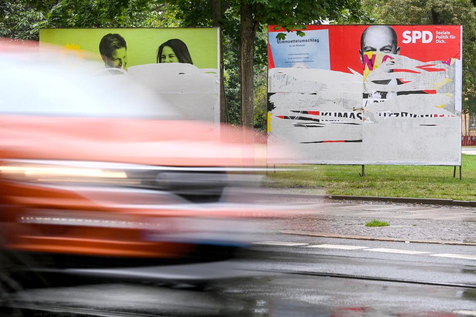 Zerstörte Wahlplakate von Bündnis 90/Die Grünen und der SPD stehen an der Eiesnbahnstraße in Leipzig.